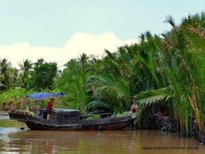 boot-people-mekong-delta-vietnam